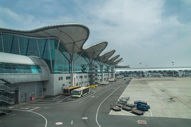 Před několika lety vyhlášeno jako nejlepší letiště na světě v kategorii 15-20 mil. odbavených cestujících za rok. Také první letiště v Západní Číně s přímým spojením se Západem.